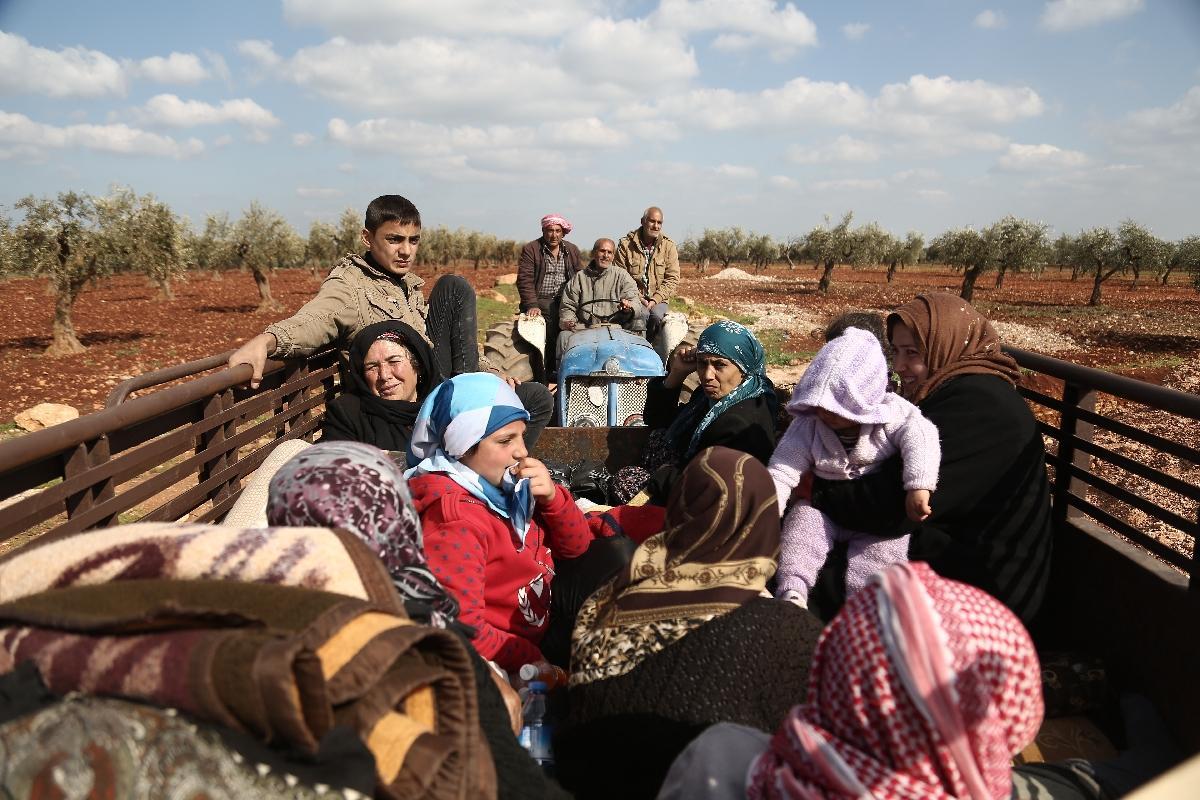 مدنيون سوريون يفرون من عفرين بعد تطويقها من القوات التركية / فرانس برس