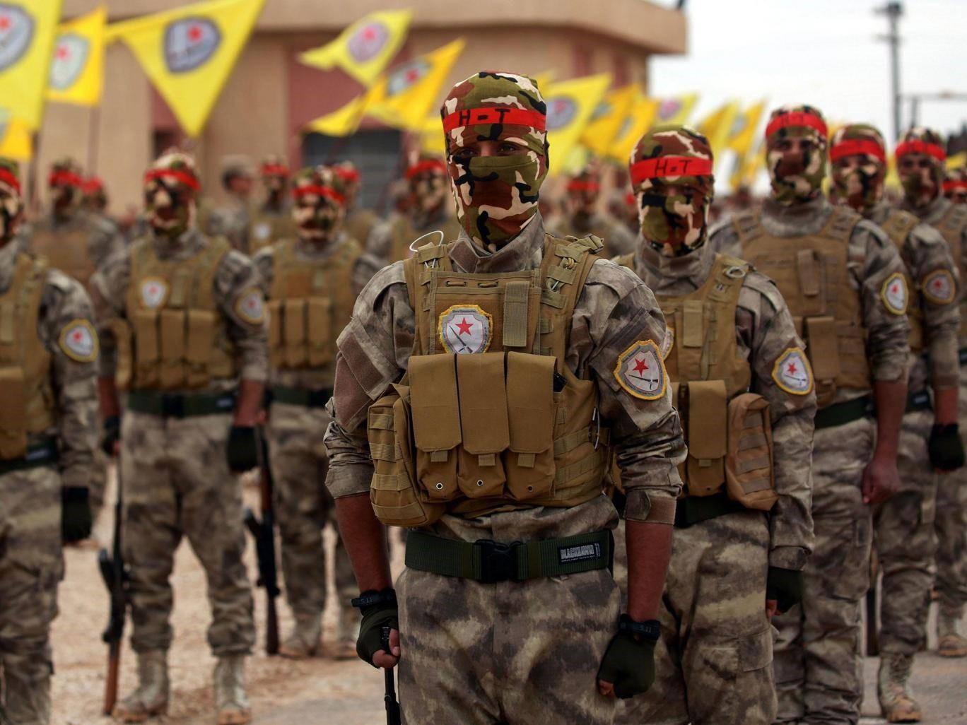 مقاتلون عرب وكرد يشاركون في حفل تخريج في القامشلي الأسبوع الماضي, وهم يشهدون عودة داعش إلى خط الجبهة/ فرانس برس
